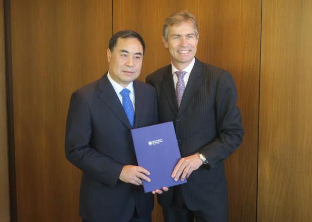 2019年7月12日,昆士蘭大學副校長霍伊(Peter Hoj)親自向中國駐布里斯班總領事徐傑(左)頒發客座教授聘書。(中國駐布里斯班官網圖片)