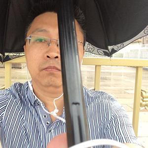 2015年6月4日,杜延林在天安门撑雨伞悼念六四26周年。 (杜延林推特)