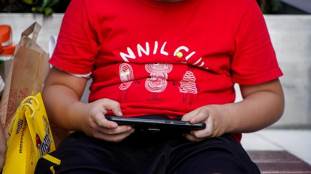 【限制玩网游】「租号」大行其道 儿童绕过监管狂打机