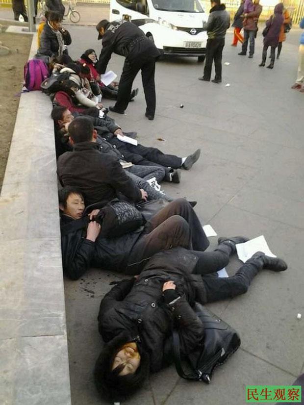 2013年12月10日,湖北省12位拆遷戶來到北京正陽門集體喝農藥自殺,(自民生觀察)