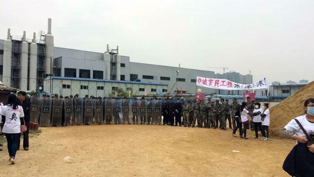 深圳坪山環境園外,有大批手持盾牌的警察戒備。(目擊者攝)