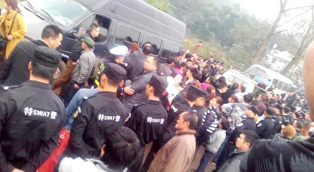 四川省南充市李渡鎮上千村民,抗議垃圾發電廠臭氣污染,與大批警察對峙數小時。(目擊者攝)