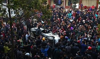 死者家属遭警察殴打,激起逾千群众围攻警车抗议,并推翻警车泄愤。(相片由死者家属李先生提供)