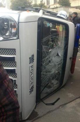 愤怒的群众将警车推翻和打砸。(相片由死者家属李先生提供)