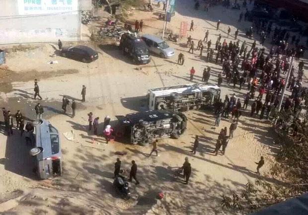 2014年12月29日,冲突中,民众除打砸外,还掀翻数十辆警车。(当地民众提供)