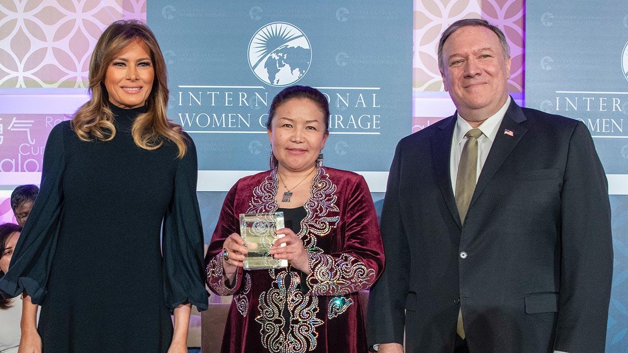 2020年3年,沙依拉古麗·沙吾提巴依(中)獲美國國務院頒發「國際婦女勇氣獎」(美國前國務卿蓬佩奧推特圖片)