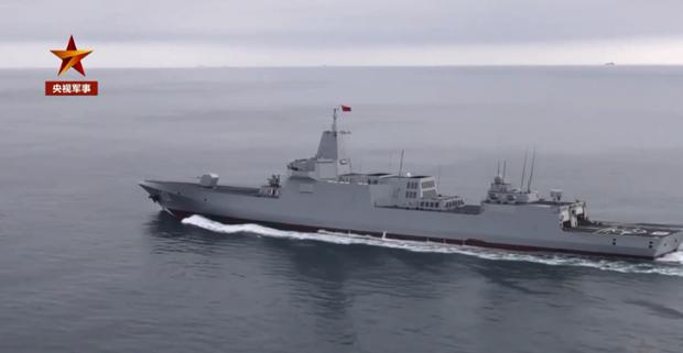 图为055级万吨驱逐舰南昌舰航行在渤海海域。(「央视军事」微博截图)