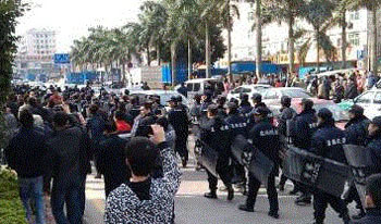 当局出动数百武警为商户护航,气氛十分紧张。(相片由商户胡先生提供)