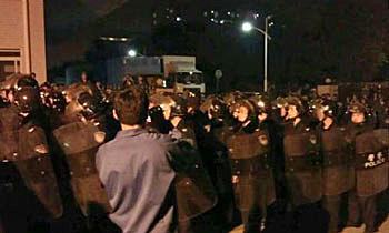 1月29日,廣州東海橡塑廠上千工人不滿年終獎金被削在廠房內罷工抗議,事件其後升級,數百防暴警員進廠清場。(網民提供)