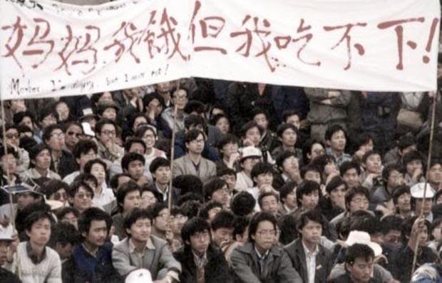 1989年5月13日,来自于全国各地自愿参加绝食的学生,在天安门广场安营扎寨。(六四纪念馆图片)