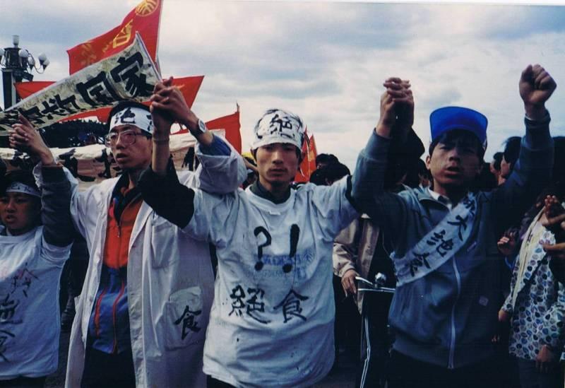 天安门绝食学生一边绝食,一边在天安门广场进行集会演讲,向社会表达自己的诉求。(六四纪念馆图片)