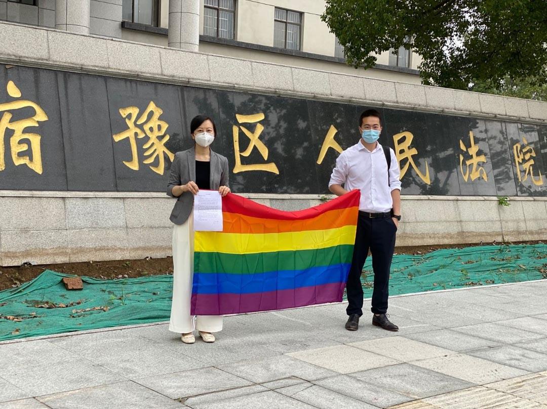 2020年7月28日,平權案幾經波折下在江蘇宿遷市開審,葛昂(右)和另一律師代表「西西」出庭。(「西西」獨家提供)