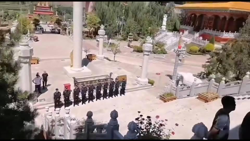 永靖县派出大批员警和官员封锁了藏传佛教寺庙红城寺。(视频截图 / 拍摄时间不详)