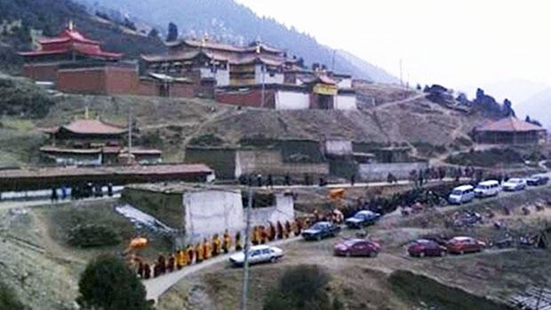 甘肃毛日寺僧人及民众为自焚僧人贡确丹真进行超度法会及葬礼。(照片由维权人士提供)