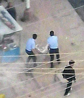 8月13日傍晚,两名格德寺僧人隆多及前僧人扎西,在阿坝县城自焚,武警将扎西送往医院。 (照片由次仁提供)