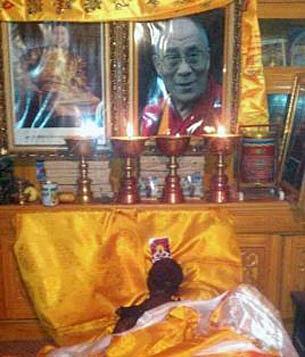 僧人替死者诵经约两小时,岗察乡大批民众前往悼念,遗体当晚火化。(照片由维权人士提供)