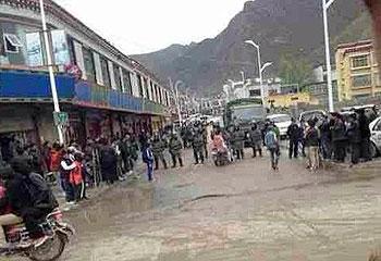 西藏那曲地区比如县藏民反对挂国旗抗议,9月28日,大批军车赶往当地。(照片来自藏人行政中央网站)