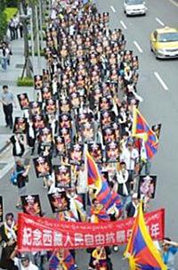 台湾约有千五人参加西藏抗暴54周年活动,其中逾百名游行人士手持110位自焚藏人照片。(照片来自藏人行政中央网站)