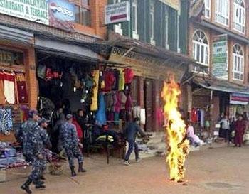 2月13日早上,藏僧隆珠多吉在加德滿都大寶塔附近自焚,他滿身火焰走到街上,警方趕到現場搶救。(照片來自自由西藏)