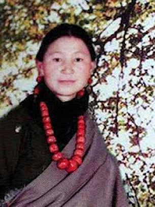 甘肅合作巿26歲藏族婦女卓朵吉,8月7日在合作寺附近自焚身亡。海外藏民指,當局拘留3名疑涉及事件的僧人。(唯色博客提供)