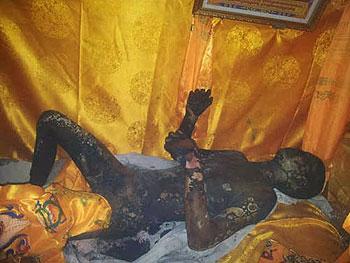 丹真多杰遗体被村民送返家中,西仓寺僧人及附近民众赶往念经,一度遭警方阻止。(照片由维权人士提供)