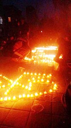 青海民族大學藏族學生為聲援同仁縣學生遊行,11月9日傍晚在校園進行燭光集會。(照片由維權人士提供)