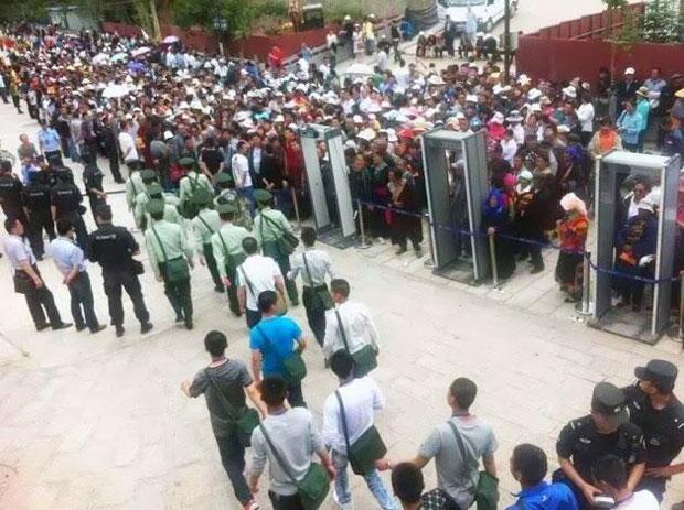 7月2日,第十一世班禅喇嘛到青海塔尔寺讲经,逾百民众在寺院外排队等候安检。(照片来自唯色推特)