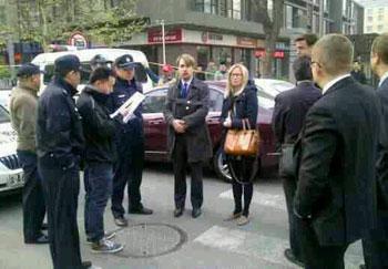 歐盟駐華使團人權官員杜海飛打算旁聽時受阻。(自胡佳推特)