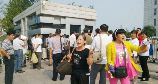 china-trial-sun-feng-supporter.jpg
