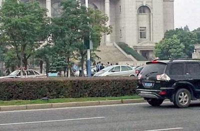 當地人士指,法院外,有大批便衣、國保戒備,並抓走一些聲援網民。(照片來自權利運動)