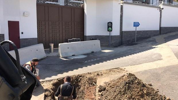 土耳其中使館無理咆哮後庭前被挖大坑 當地民眾擊掌稱快
