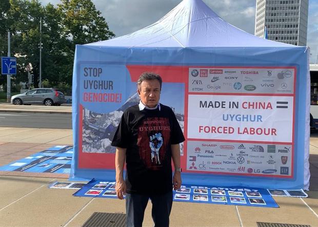 2020年9月22日至25日,世维会主席多里坤在日内瓦断椅广场举行抗议活动和中共对维吾尔人实施种族灭绝和强迫劳动的图片展。(世维会图片)