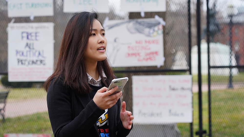 在美港人團體「We the Hongkongers」成員許穎婷在白宮外集會上發言,促美國杯葛2022北京冬季奧運會。(霍亮喬 攝)