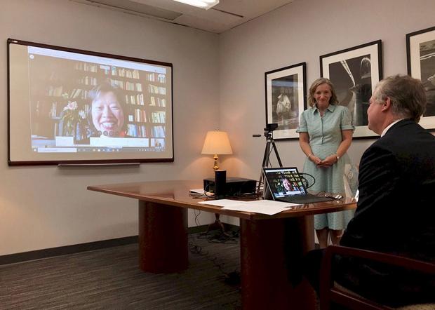 美国副国务卿毕根(Stephen Biegun)与美国国务院全球妇女议题办公室大使柯里(Kelley Currie)联合举办网上颁奖礼向「天安门母亲」颁发「国际妇女勇气奖」。(美国国务院推特图片 / 拍摄日期不详)