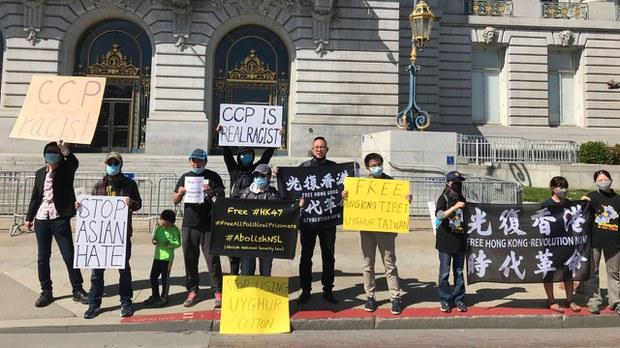 舊金山「停止亞裔仇恨」遊行現衝突 「自由維吾爾」「光時」旗幟惹火