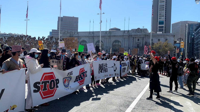 2021年3月27日,大批人員聚集在舊金山市政廳前的廣場上,進行亞裔反歧視集會。(本台普通話組圖片)