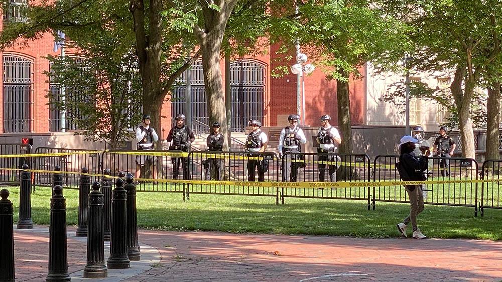 周日(5月31日),有警员在白宫附近戒备。(马立克 摄)