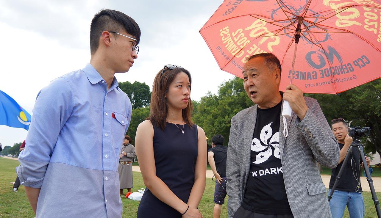 左起:香港前立法会议员梁颂恒、纽约港人何在思、中港企业家袁弓夷。(胡凯文 摄)