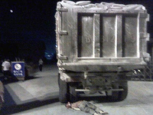 2013年8月21日,四川省绵竹市新市镇一名抗议工厂污染的村民被货车当场辗毙。(现场村民摄)