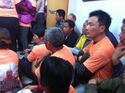 由於法庭的座位不夠,不少村民便直接坐在地上。(自屠夫推特)