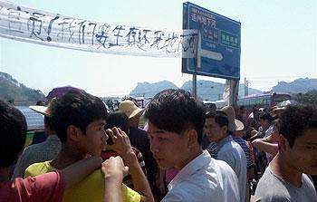 10月2日,逾千大洞村民再次以堵路抗議的方式,要求當局歸還土地。(村民范先生提供)