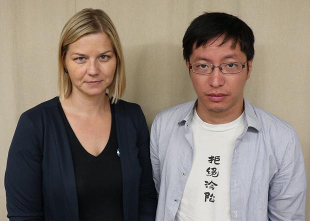 挪威国会议员梅尔比(Guri Melby)曾与香港民阵前副召集人黄奕武会面,黄奕武批评王毅指鹿为马。(梅尔比脸书图片 / 拍摄日期不详)
