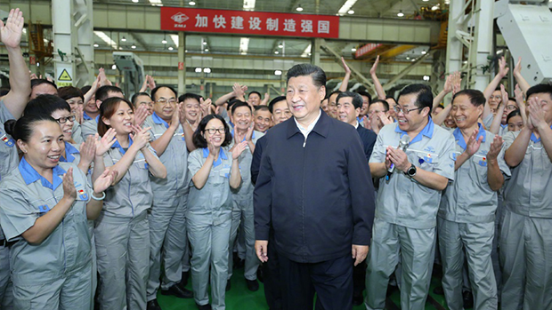 2019年9月17日,正值中美贸易战对中国带去重创之际。习近平在郑州一家国企考察时,强调「自力更生是奋斗的基点」及「要把中国制造搞上去」。(新华视点微博截图)