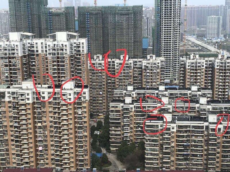 2020年3月10日,新冠肺炎疫情在武汉稍有缓解,国家主席习近平亲到当地考察。为了确保习近平的安全,官方派大量狙击手占据了习近平途经区域的楼顶。(知情人提供)