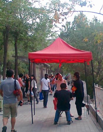 临近7.5事件周年,河南路公车站旁架起帐篷,让维稳人员站岗。(照片在7月3日拍摄,由现场人士提供)