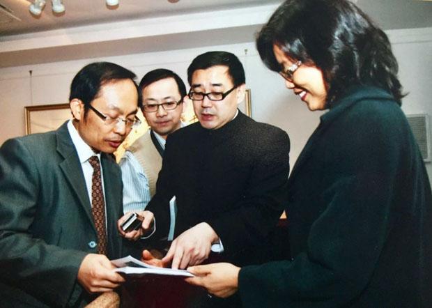 悉尼科技大学教授冯崇义(左)为杨恒均(右二)为密友。(冯崇义提供 / 拍摄日期不详)