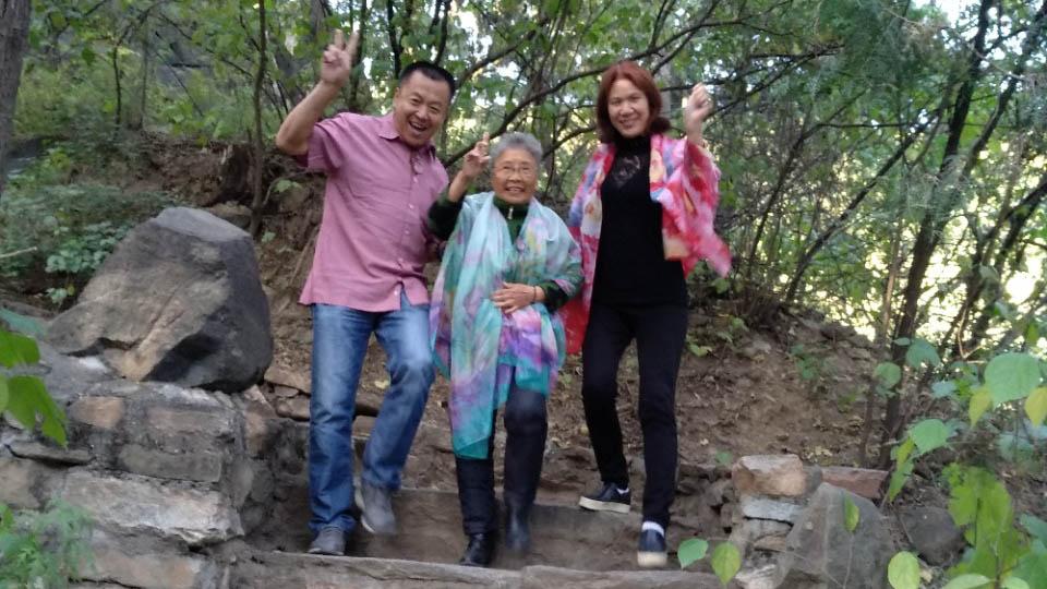 张宝成(左一)早前帮助再次被中共当局构陷的「六四天网」创办人黄琦的母亲蒲文清(中)进京维权,被认为是他此次获罪的主要原因。 (吴亦桐提供 / 拍摄日期不详)