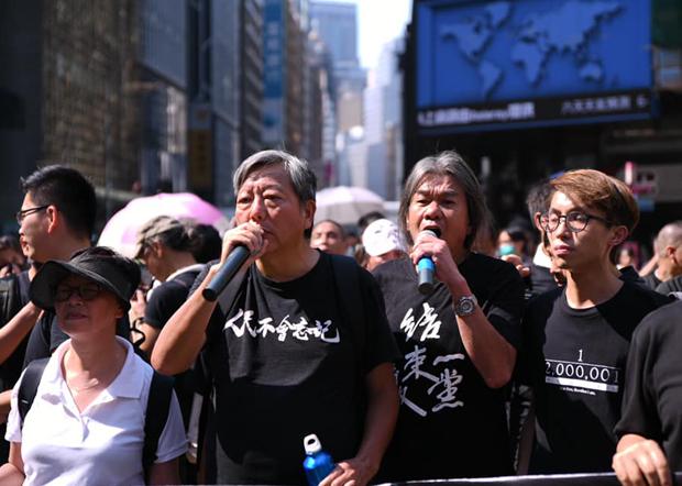 香港支聯會主席李卓人(穿著「人民不會忘記」黑衫者)的Zoom帳號於5月底被關閉。疑與紀念六四、香港民主運動講座有關。(李卓人臉書圖片 / 拍攝日期不詳)