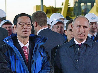 China's Vice Premier Zhang Gaoli (L) and Russia's President Vladimir Putin (R) attend a ceremony marking the welding of the first link of the 'Power of Siberia' main gas pipeline near the village of Us Khatyn outside the remote eastern Siberian city of Yakutsk, Russia, Sept. 1, 2014.