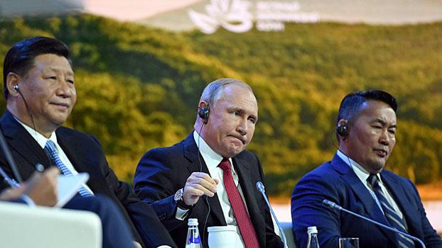 71adf0506 China's President Xi Jinping (L), Russia's President Vladimir Putin (C),